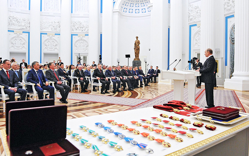 Путин подписал указ, разрешающий передавать внукам удостоверения кнаградам