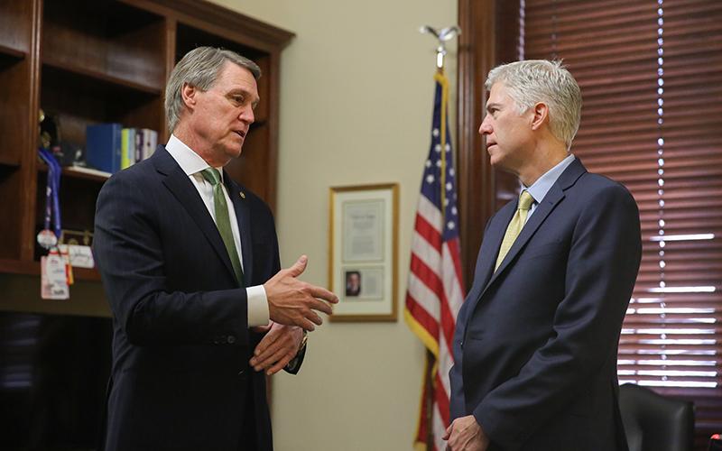Сенатор Дэвид  Пердью (слева) и судья  Нил Горсач. Фото: Senator David Perdue/Flickr
